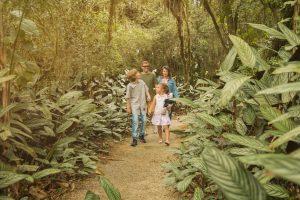 Família aproveitando a trilha em meio à reversa verde do HIG