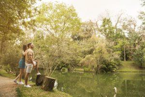 Casal em frente ao lago dos gansos