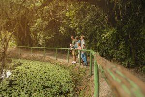 Família apreciando a reserva verde do HIG