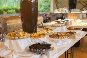 Buffet de café da manhã com diversos tipos de bolos