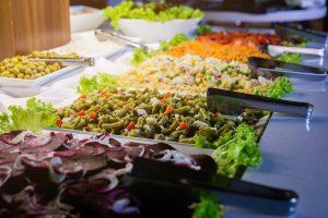 Mesa de almoço com saladas diversas